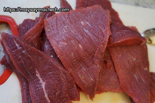Cách làm thịt trâu khô bằng lò vi sóng - thái thịt trâu thành miếng